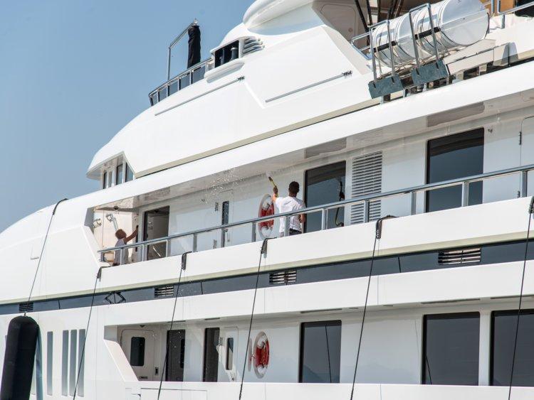 """Nhân viên siêu du thuyền tiết lộ những yêu cầu """"oái oăm"""" từ du khách - 8"""