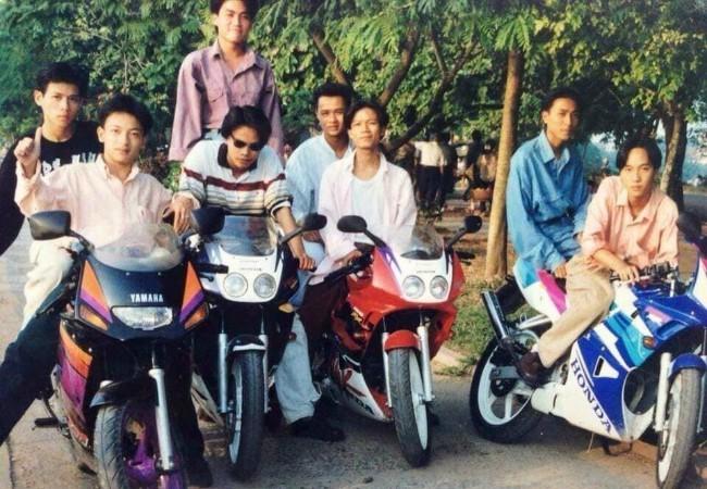 Trên một trang mạng xã hội vừa xuất hiện hình ảnh được cho là các khoảnh khắc chơi môtô hàng khủng của nam thanh nữ tú đất Hà Thành một thời vào những năm 1994-1995 của thế kỷ trước. Ngoài cùng bên trái là chiếc Yamaha TZM150, những chiếc còn lại là Honda NSR150RR.
