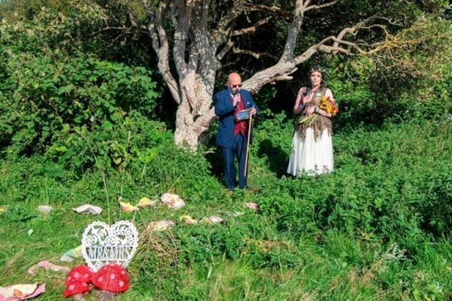 Cô gái kì lạ kết hôn với một… cái cây - 1
