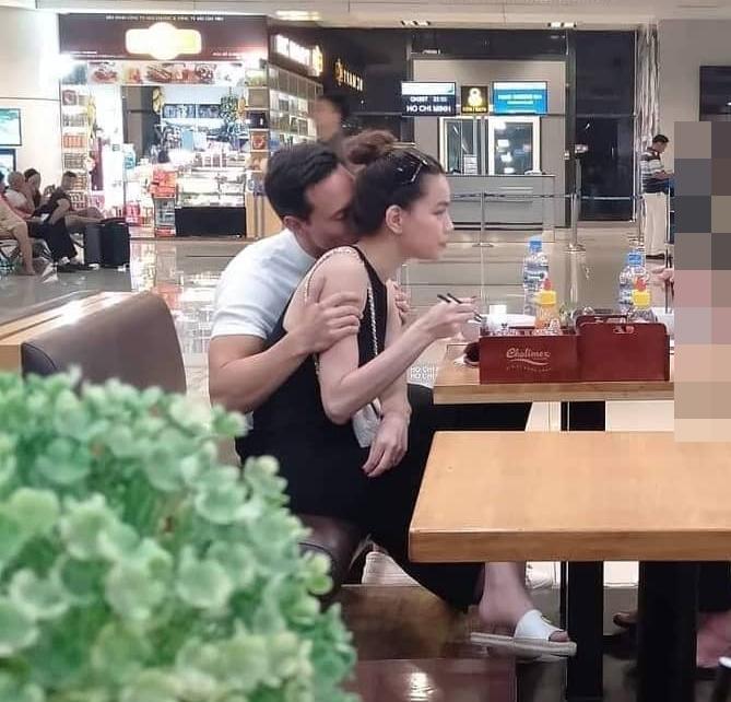 Kim Lý vô tư âu yếm Hồ Ngọc Hà giữa sân bay đông người - 1