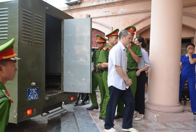 Phó chủ tịch tỉnh Hà Giang tới tham dự phiên xử vụ gian lận thi - 1