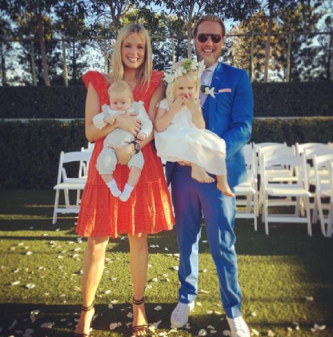 """Anh trai của Holly là Sam Branson thường tham gia các cuộc phiêu lưu cùng gia đình. Anh đã tổ chức """"đám cưới hoàng gia"""" trong 5 ngày tại Nam Phi cùng vị hôn thê Isaballe Calthorpe vào năm 2013."""