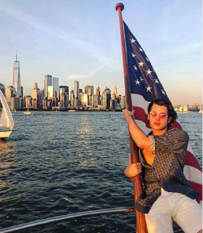 Peter say mê với cuộc sống tỷ phú của mình vào mỗi mùa hè. Tháng 6 năm ngoái anh đi xem đua ngựa tại nước Pháp. Tháng 7, anh chèo thuyền du ngoạn vòng quanh New York.