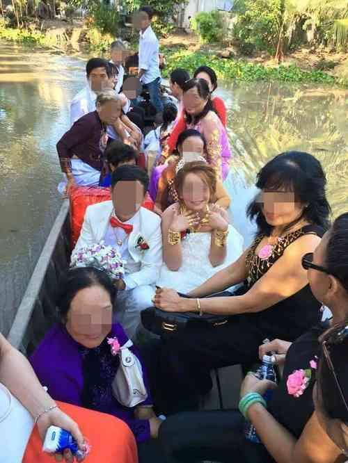 Bộ ảnh cô dâu miền Tây đeo vàng trĩu nặng trong đám cưới bất ngờ gây sốt trở lại - 1