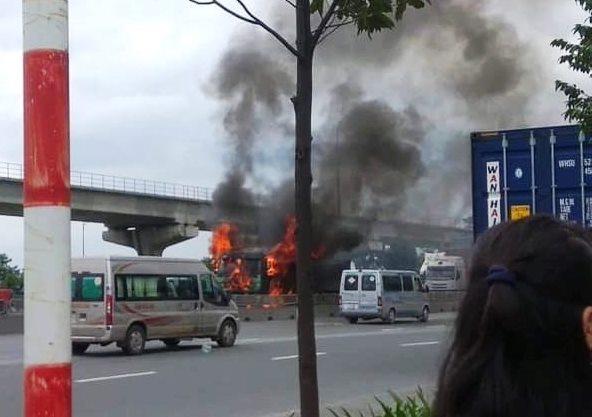 Tài xế nhảy khỏi xe ben bốc cháy cuồn cuộn trên phố Sài Gòn - 1