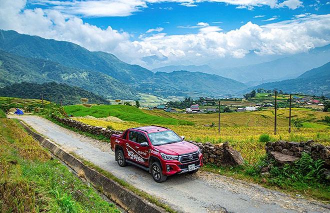Tại sao Toyota Hilux luôn được đánh giá cao dù ít options hơn đối thủ? - 1