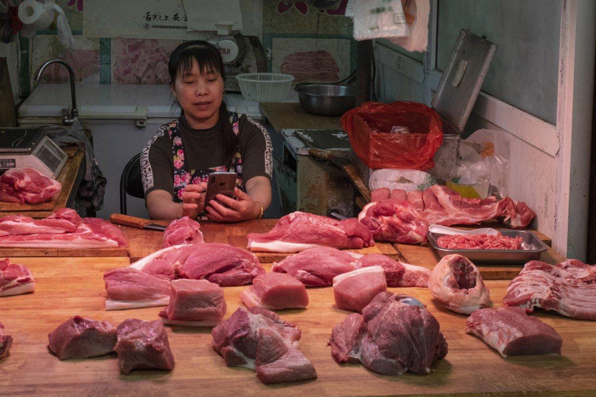 """Giá thịt lợn đua nhau tăng vọt, Trung Quốc """"ngồi trên đống lửa"""""""