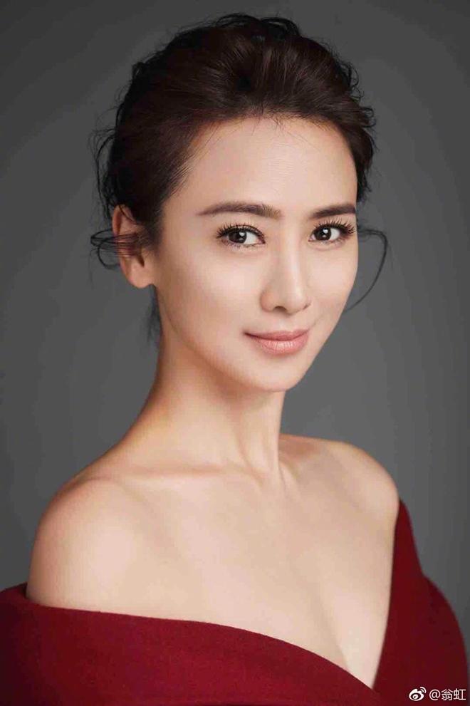 Hoa hậu Hồng Kông đẹp khó tin ở tuổi 50 nhờ cố quên quá khứ - 1
