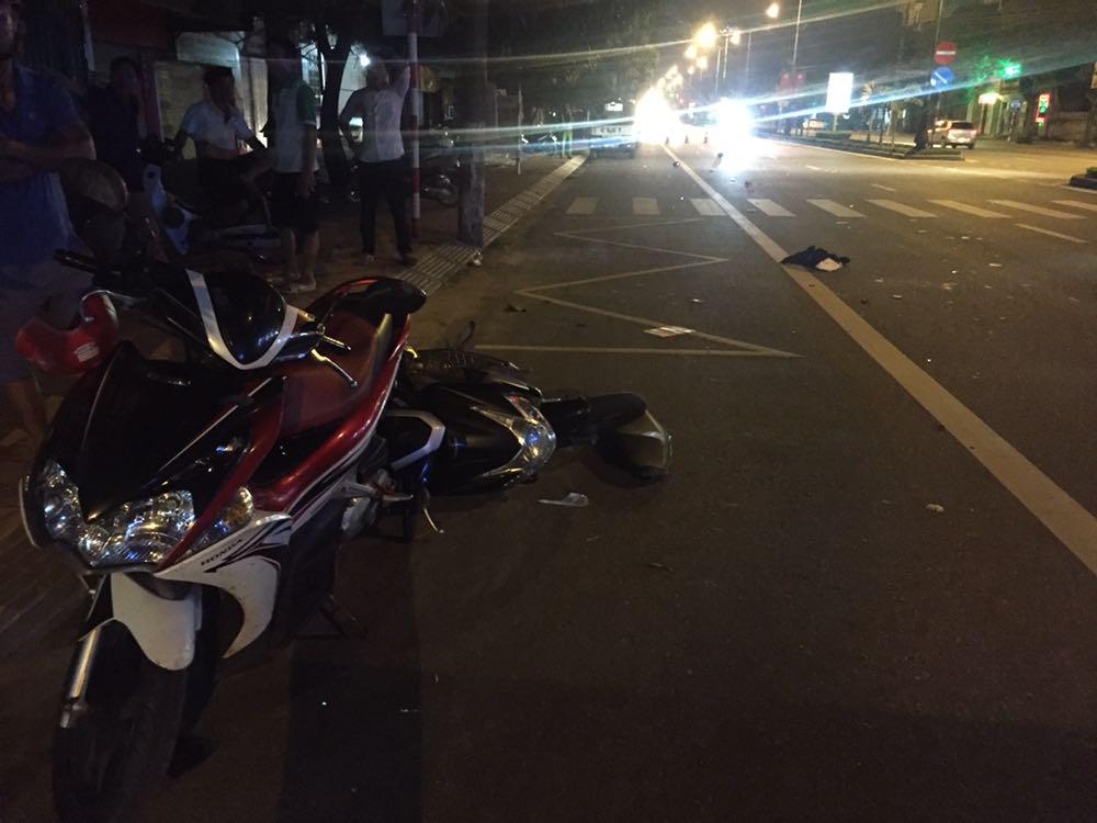 Clip: Phút kinh hoàng cán bộ UBKT tỉnh Hà Tĩnh say xỉn lái xe tông 2 thanh niên - 1