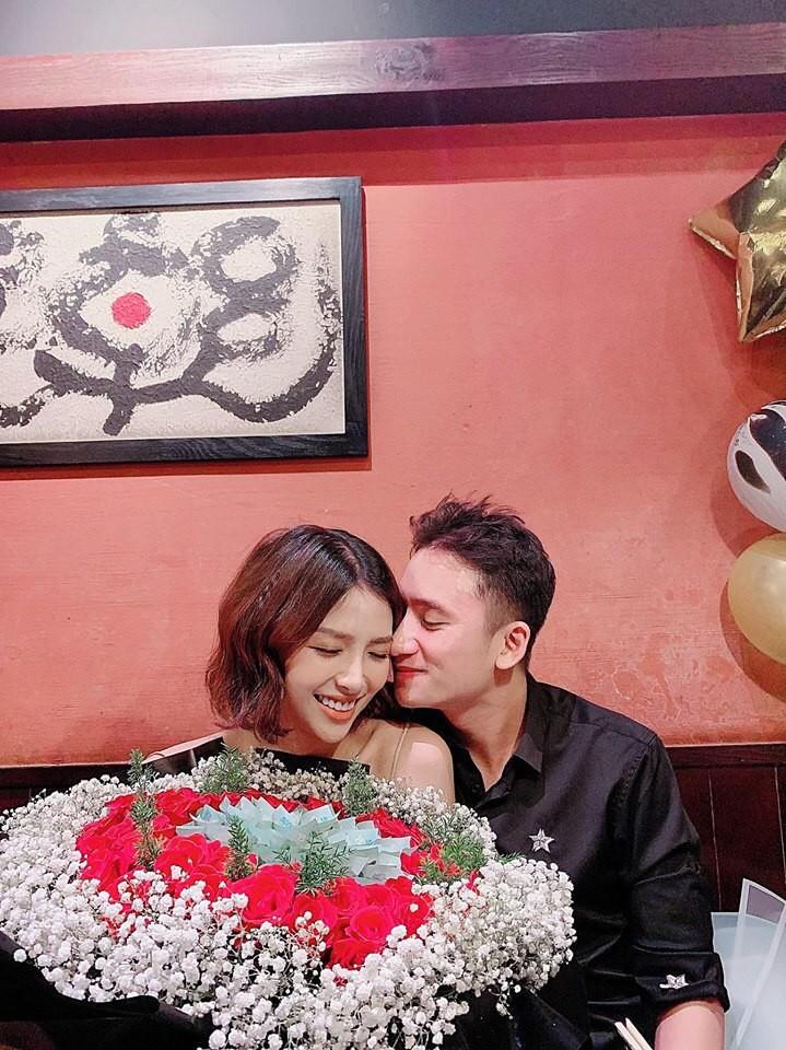 Phan Mạnh Quỳnh tặng hôn thê 9X bó hoa trang trí bằng tiền mặt và cái kết bất ngờ - 1