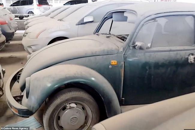 Một chiếc Volkswagen Beetle màu xanh lá cây bụi bặm tại bãi xe ở vùng Vịnh. Mohsin Latif, người chụp những bức ảnh này, tin rằng đây là bãi phế liệu là lớn nhất ở UAE.