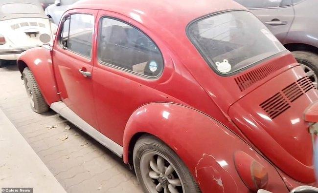 Một chiếc Volkswagen Beetle màu đỏ được coi là siêu xe của Đức được bỏ hoang tại bãi xe phục vụ khách hàng vùng Vịnh.