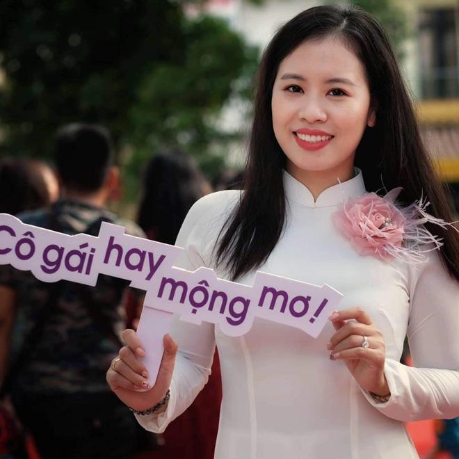 Người phụ nữ từ bỏ hai tấm bằng đại học để về may áo dài - 1