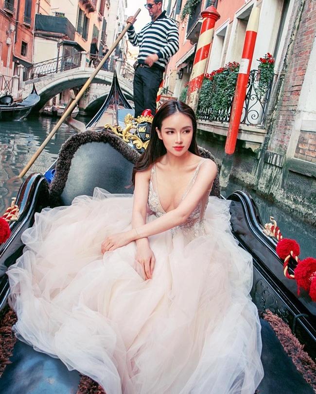 Kim Lim là ái nữ của tỷ phú Peter Lim (chủ tịch CLB Valencia). Peter Lim từng được Forbes xếp thứ 9 trong Top 50 người giàu nhất Singapore năm 2004 với tổng tài sản trị giá 2,5 tỷ USD. Người đẹp sinh năm 1994 là một trong những thành viên nổi bật của nhóm Hội con nhà giàu châu Á bởi thú chơi hàng hiệu và có nhiều mối quan hệ với người nổi tiếng.