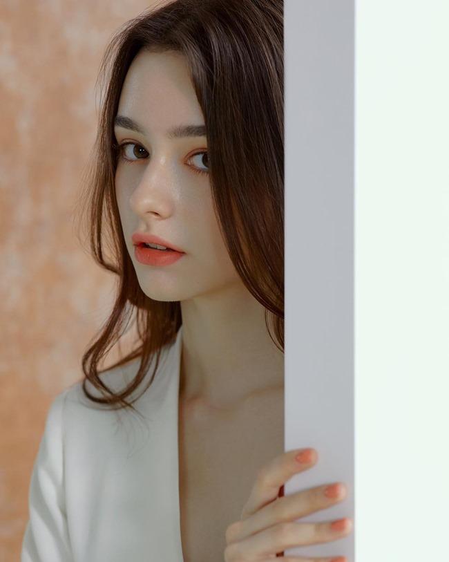 Dasha Taran là người mẫu, beauty blogger sinh năm 1999. Cô có mẹ là người Ukraine và bố là người Nga.