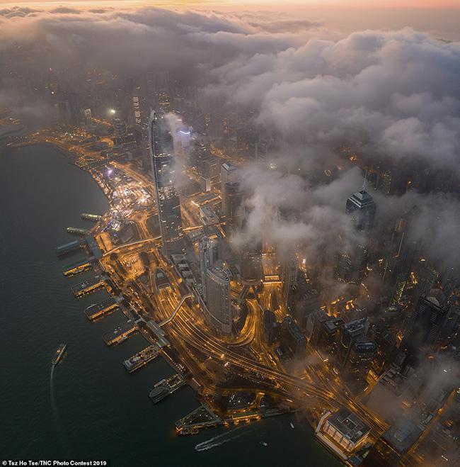 11. Tsz Ho Tse ở Hồng Kông đã chụp hình ảnh này tại cảng Victoria nổi tiếng thế giới dưới những đám mây vào sáng sớm. Nó đã mang lại cho anh một giải ấn tượng trong hạng mục về thành phố và thể loại tự nhiên.