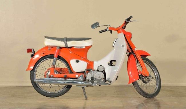 Honda Super Cub hay còn gọi tắt là Honda Cub là mẫu xe máy cỡ nhỏ lập nên kỳ tích vô cùng lớn cho nhà sản xuất xe Honda. Ảnh Super Cub 50 đời 1966 đẹp lung linh của một nhà sưu tầm ở Mỹ.
