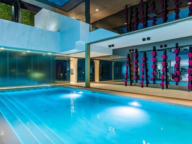 Ngôi nhà có hai bể bơi, một trong số đó là ở trong nhà ...