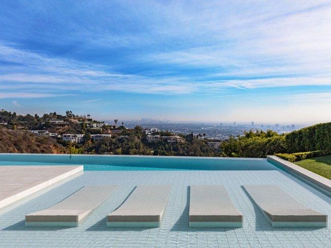 Hồ bơi ngoài trời có tầm nhìn bao quát Khu thương mại Los Angeles.