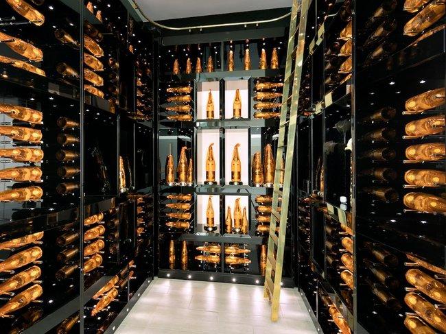 ... cũng như một hầm rượu sâm banh với 170 chai Cristal.