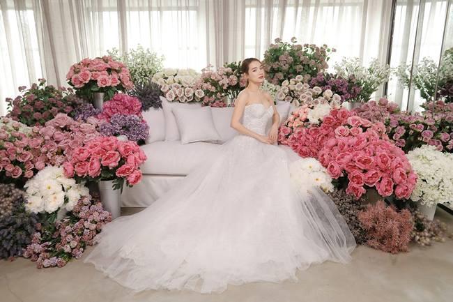 Nhã Phương diện váy cưới lộng lẫy 1 năm sau khi kết hôn - 1