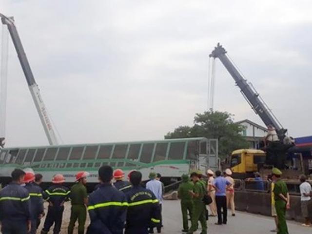 Kinh hoàng hiện trường 4 toa tàu hỏa bị lật, quốc lộ 1A bị ùn tắc nghiêm trọng