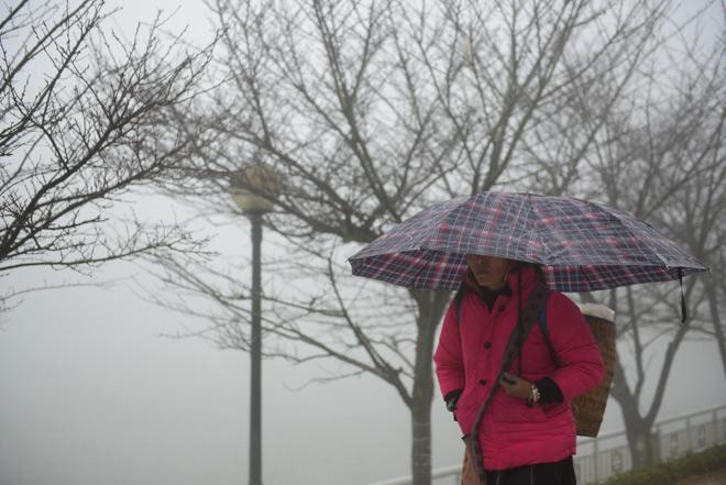 Gió mùa tràn về miền Bắc, vì sao vùng núi rét hại, đồng bằng vẫn nắng hanh? - 1