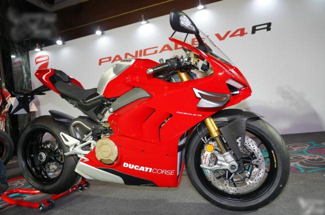 2019 Ducati Panigale V4 R ra đời là sự biểu hiện tối đa đặc tính dòng xe đua của Ducati. Đây là một siêu phẩm giúp lái xe đạt tới khả năng vận hành tiên tiến, cua góc sắc nét và chạy nhanh với tốc độ kinh hoàng, nhưng nhờ có các thiết bị điện tử, đặc biệt là hệ thống an toàn đầy ma thuật, đã giúp cho những ai cầm cương Panigale V4 R thực sự vượt ra ngoài mọi giới hạn vốn có.