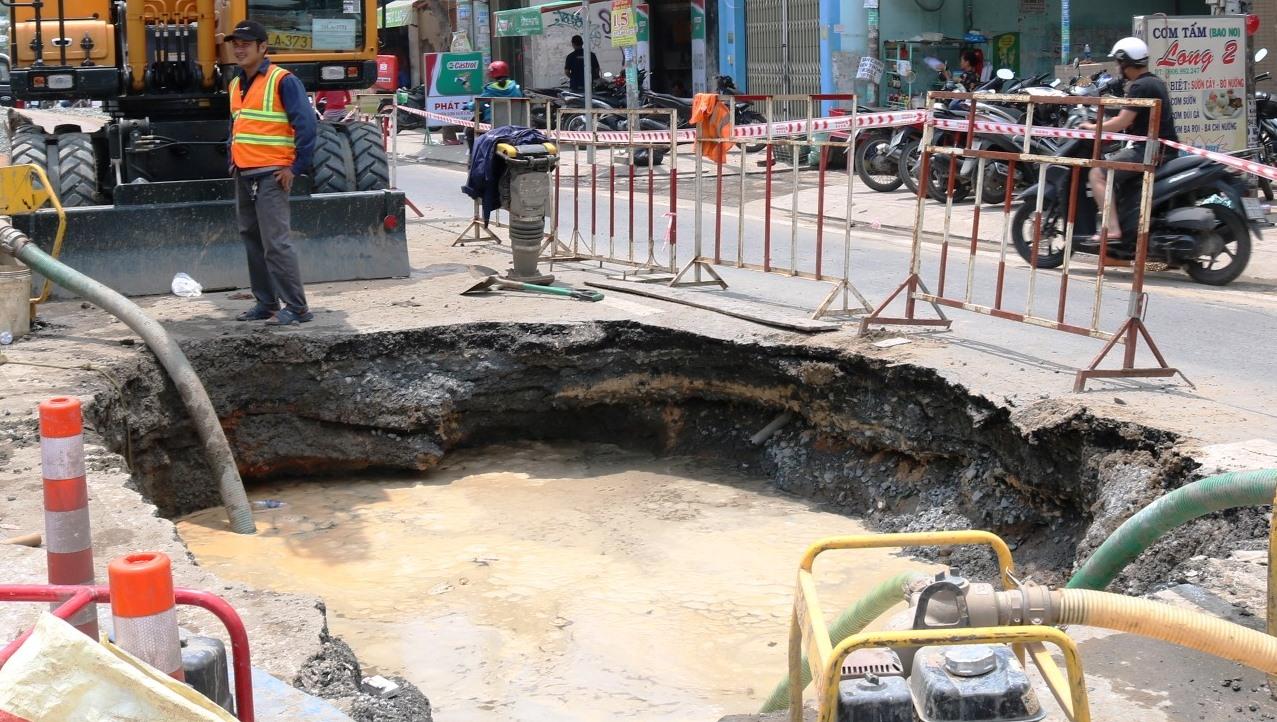 """Sau tiếng nổ, """"hố tử thần"""" xuất hiện trên phố Sài Gòn, người đi đường hốt hoảng - 1"""