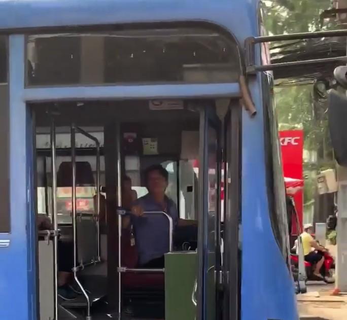 Tài xế xe buýt nhổ nước bọt, bóp còi inh ỏi... khi người đi đường nhắc nhở - 1