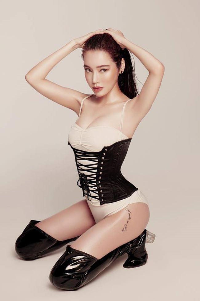 Mới đây, bà mẹ 2 con đã được báo Thái Lan ca ngợi trong suốt nhiều năm hoạt động nghệ thuật của cô, nhất là mảng người mẫu ảnh.