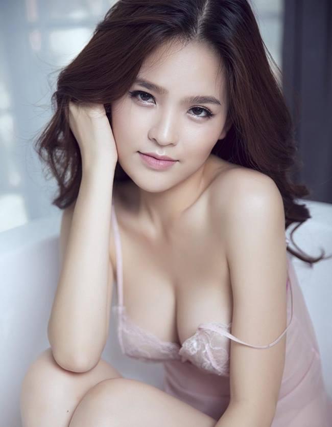 """""""Thánh nữ"""" Phi Huyền Trang nổi tiếng xinh đẹp, sexy và được truyền thông quốc tế dành nhiều lời ca ngợi. Ở những khoảnh khắc đời thường, cô gây mê với trang phục kiệm vải."""