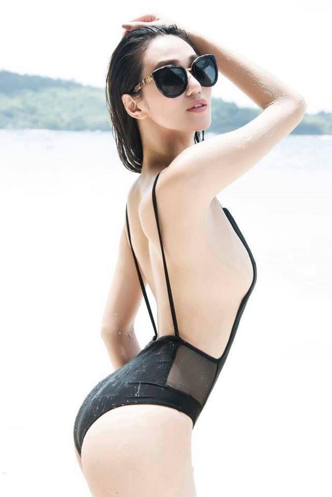 Khánh My sở hữu đường cong nóng bỏng, hút mắt qua những thiết kế đồ bơi tôn dáng. Người đẹp có vòng 3 gần 1m nên những lần pose dáng cô không quên phô diễn thế mạnh hình thể.