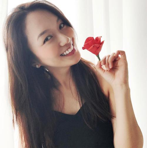 Cảnh khỏa thân táo bạo của cựu Hoa hậu Hoàn Vũ Singapore khiến khán giả sửng sốt - 1
