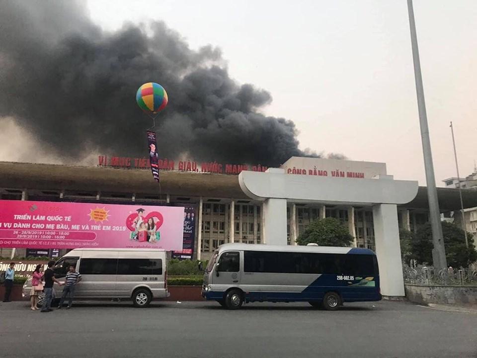 Cháy dữ dội tại Cung văn hóa hữu nghị Việt Xô, khói đen bốc lên cuồn cuộn - 1