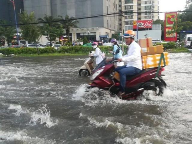 Dân Sài Gòn bì bõm lội nước dù trời không mưa