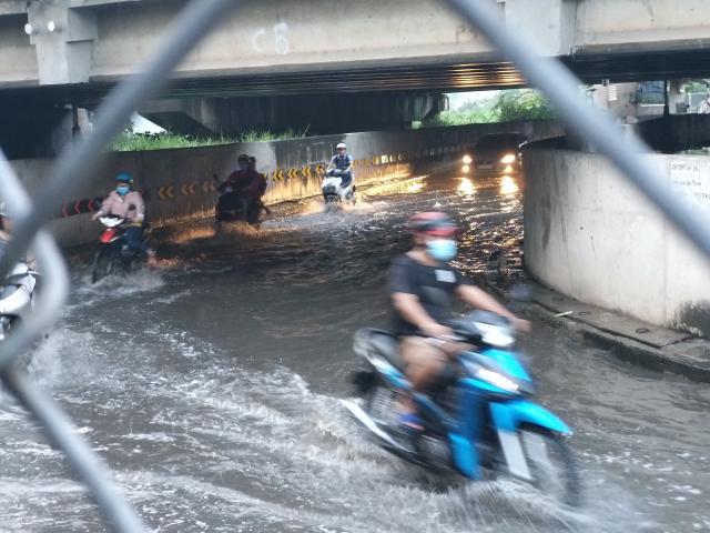 Nước từ cống bất ngờ trào ngược lên mặt đường, quận trung tâm Sài Gòn như bể bơi