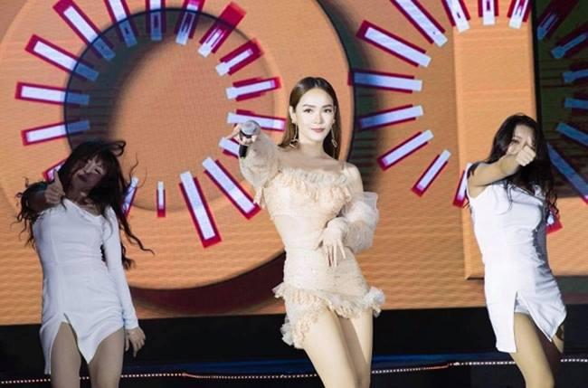 Minh Hằng là cái tên được nhắc tới nhiều trong thời gian qua khi cô sơ ý để lộ quần bảo hộ lúc đang trình diễn trên sân khấu.