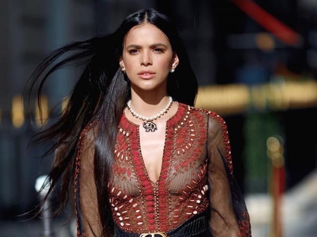 Siêu mẫu Bruna Marquezine ấn tượng với mốt xuyên thấu