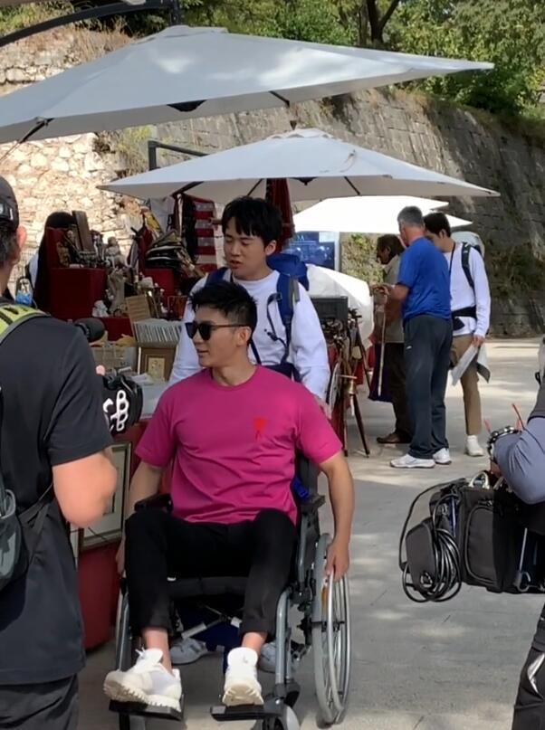 Bất ngờ hình ảnh hôn phu cũ của Phạm Băng Băng phải ngồi xe lăn - 1