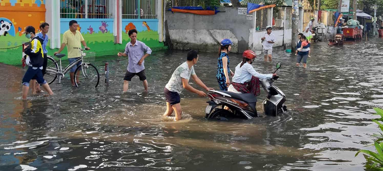 """Nước ngập lút bánh xe máy vì vỡ bờ bao, người Sài Gòn """"bơi"""" trên đường ngày đầu tuần - 1"""