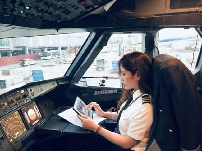 Võ Hồng Hạnh (sinh năm 1985) là nữ cơ phó xinh đẹp của dàn phi công Việt Nam. Cô cũngcó phong cách thời trang cực kỳ ấn tượng ngoài đời.