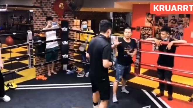 """Muốn ăn đấm từ kẻ giỏi nhất lò boxing, võ sư Vịnh Xuân bị 1 đòn """"tắt điện"""" - 1"""