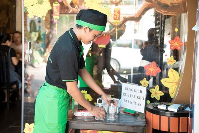 Ngoài công việc học tập, đi hát, Hồ Văn Cường còn phụ giúp rửa chén, phục vụ bàn ở nhà hàng chay của mẹ nuôi Phi Nhung. Trong bài phỏng vấn gần đây, Hồ Văn Cường cho biết sau 4 năm học ở TP.HCM, cậu vẫn là chính mình, không có sự thay đổi trong tính cách.