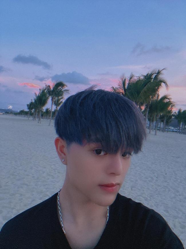 Quang Anh rất chịu khó thay đổi phong cách khi nhuộm tóc nhiều màu khác nhau. Chàng ca sĩ nhí thuở nào được khen trông bảnh trai và ra dáng người lớn hơn.