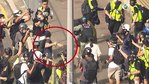 Video: Hãi hùng khoảnh khắc người biểu tình Hong Kong đâm dao khiến cảnh sát đổ máu - 1