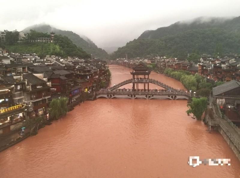 """Video: Nước lũ cao """"dìm"""" Phượng Hoàng cổ trấn, thượng nguồn đập Tam Hiệp - 1"""