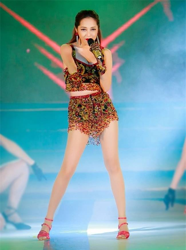 Thường thể hiện nhiều động tác vũ đạo khi hát, trang phục ngắn cô mặc sẽ bị co vải, hệ quả lộ quần bảo hộ không kiểm soát.