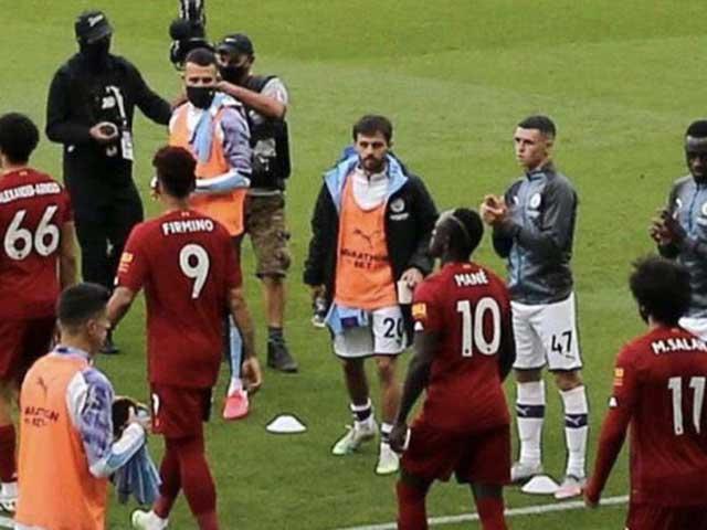 """Fan Liverpool phẫn nộ vì cầu thủ Man City không vỗ tay chào đón """"tân vương"""" - 1"""