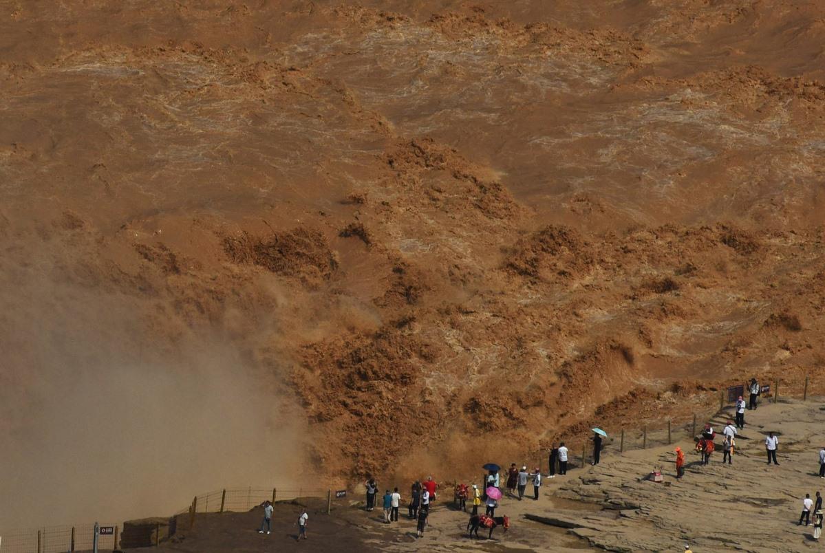 """TQ: Thác nước vàng lớn nhất thế giới cuồn cuộn lũ, dân vẫn vô tư đến gần chụp """"tự sướng"""" - 1"""